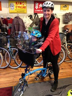 Did you know that the clever Brompton bike features a special mounting bracket for Bobikes Mini seats - a perfect combination! Monica & Iver are testing at Gamla Stans Cykel in Stockhollm! www.bikingbaby.se