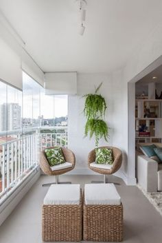 Foto de uma varanda gourmet pequena muito clara decorada com pequenas poltronas e samambaias nas paredes.