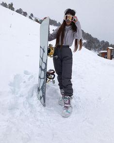 Ski Et Snowboard, Snowboard Girl, Burton Snowboards, Mode Au Ski, Snowboarding Style, Snowboarding Women, Snowboarding Tattoo, Snowboarding Quotes, Snow Pictures
