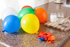 Baking soda and vinegar are both innocuous chemicals that most people keep around the house for cleaning and cooking pur Diy Home Crafts, Crafts For Kids, Ballons Aufblasen, Baking Soda Experiments, Science Experiments, Science Fair, Blowing Up Balloons, Baking Soda Face, Custom Balloons