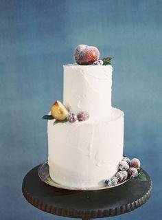 Sencillo y rústico-tarta de bodas-con-fruta