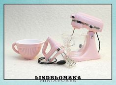 Bubblegum color ripped bowl for dollhouses 112 by Lindblomska Mini Kitchen, Miniature Kitchen, Miniature Dolls, All The Small Things, Mini Craft, Dollhouse Miniatures, Dollhouse Ideas, Bubble Gum, Arts And Crafts