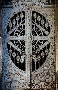 Dragón Puertas, Budapest