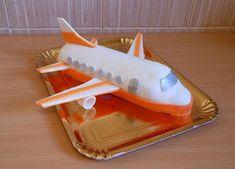Am incercat pentru prima data sa fac un Avion... De fapt am vrut ca acesta sa fie decorul pentru un tort (sa fie pus pe un blat de tort), d...