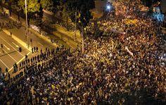 Manifestantes enfrentam o cordão de isolamento perto do Maracanã antes da final. 30/06/2013.