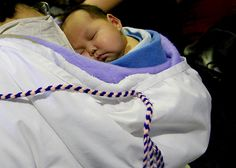 Inuit baby in Amautik :) - Nunavut American Spirit, Native American, People Of The World, In This World, Mother And Child Reunion, Homer Alaska, Tlingit, Baby Faces, Just Kidding