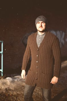 And here is our long awaited big job. To be honest, it took a lot, but we are very happy! Men's cardigan from the finest Italian wool, made entirely by hand! For a fashionable urban look. Conveniently located pockets, the actual length. In this I feel very confident and comfortable work draws attention to itself!