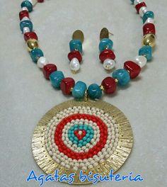 4b9ad43106e8 Collar en perlas de Río fósil. Dije en bronce bordado en chaquiras. Agatas  bisutería