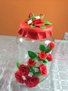 Frasco decorado con rosas y pétalos en porcelana fría