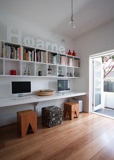 escritorio volado, muy amplio y con estantes