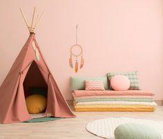Dans les chambres d'enfants, surtout s'ils sont en bas-âge ou chez les filles, puis plus tard chez nos ados, les couleurs pastel sont très plébiscitées. Pourquoi ? Parce qu'elles ont l'avantage de se marier facilement avec le mobilier et avec de nombreuses autres couleurs. Grâce à leur caractère très doux, elles permettent des associations de couleurs harmonieuses. On peut ainsi facilement choisir du petit mobilier, tapis, petite décoration, assortis à la couleur des murs.