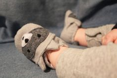 http://thelittlesurprises.com/2015/12/02/animal-baby-shoes/