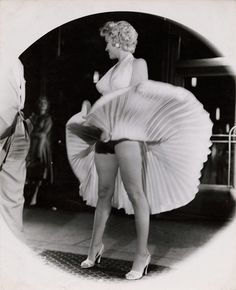American actress and sex symbol Marilyn Monroe stands on a subway grate as her skirt billows out around her on location during the filming of 'The Seven Year Itch' , New York, New York, September. Get premium, high resolution news photos at Getty Images Marilyn Monroe Fotos, Marilyn Monroe Portrait, Vintage Hollywood, Classic Hollywood, Hollywood Stars, Cinema Tv, Stock Foto, Norma Jeane, Pin Up Girls