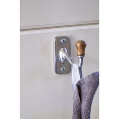 Distinctive due to the combination of wood and aluminium, this stylish hook is a must-have in the kitchen or the toilet. Ideal for the hand towel and tea towel, or the guest towel. Guest Towels, Hand Towels, Tea Towels, Door Handles, Winter 2017, Bath, Autumn, Kitchen, Home Decor