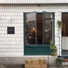 본격 카페요정의 카페투어 시작 비오는 무지개다리 부산가면 꼭 들리고 싶었던 곳 중 하나인 '오디너리 플... Exterior Signage, Exterior Design, Interior And Exterior, Signage Design, Cafe Design, Café Bistro, Retail Facade, Font Shop, Japanese Interior