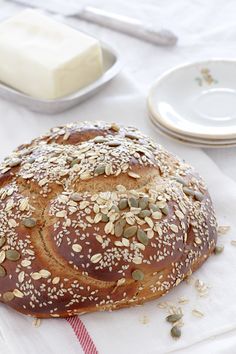 This whole wheat challah combines whole spelt flour and natural date syrup (silan) and is very soft, festive and addictive. Best Bread Recipe, Bread Recipes, Baking Recipes, Dessert Recipes, Desserts, Vegan Dating, Challah, Burger Recipes, Sweet Recipes