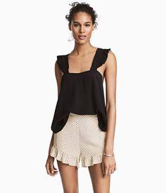 Hellbeige/Gemustert. Shorts aus Webstoff mit normaler Bundhöhe, Seitentaschen und Volants an den Beinabschlüssen. Elastischer Bund mit Raffung hinten.