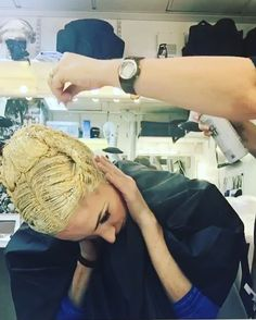 Sugar Plum Fairy hair prep @royaloperahouse For #rohnutcracker #stepbystep First Lou creates the hair style using my own hair. Then it's stayed white, then blonde then ALL THE GLITTER with hairspray. I paint along the hairline because I don't think Plum should have roots!! ✨✨ #balletatchristmas#ballet#royalballet#nutcracker#sugarplumfairy#sparkles#hairstyles @pointemagazineofficial @worldwideballet @sobailarinosrenato @instagram #iphone#tutorial#hairtutorial @hair.video