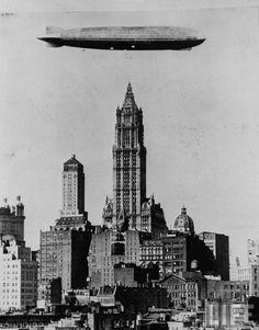 Herbert Orth : Zeppelin allemand flottant au-dessus du Woolworth building Manhattan New York (LIFE Magazine)