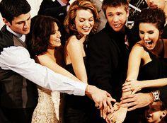 One Tree Hill co-stars: James Lafferty, Bethany Joy Lenz, Hilarie Burton, Chad Michael Murray, and Sophia Bush. My favorite show and cast of all time. Lucas Scott, Nathan Haley, Peyton Sawyer, Best Tv Shows, Favorite Tv Shows, Favorite Things, Oth Cast, One Tree Hill Cast, One Tree Hill Seasons