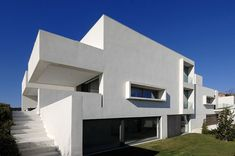 Dynamic modern architecture in Madrid: Camarines House