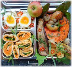 Eine leckere und gesunde vegetarische Lunchbox für unterwegs: einfach gemachtes, gemischtes Ofengemüse mit köstlichen Hummus-Kürbismus-Wraps! Dazu gibt es Apfel-Kraut-Rohkostsalat. Schau mal vorbei: https://wp.me/p7NDQI-PN  #lunchbox #planetbox #vegetarisch #mitnehmen #lunch #togo #kürbis #ofengemüse #aubergine #krautsalat #wraps #kürbiswraps