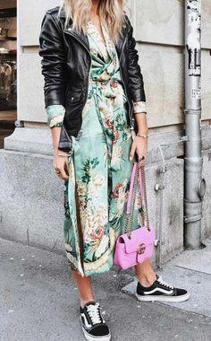 Trendy Fall Fashion Outfits : Lisa Olsson usa vestido floral midi, jaqueta de couro, vans e bolsa pink. - Women W Mode Outfits, Stylish Outfits, Fashion Outfits, Womens Fashion, Skirt Outfits, Stylish Hair, Dress Fashion, Mode Kimono, Look Street Style