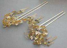 Antique Japanese hair ornaments, Gin(Silver) Kanzashi with bira-bira danglings. This is an unusually large and heavy Kanzashi probably worn by Geisha. It was made for a very special occasion when a particularly elaborate hair style was needed. The ornaments are all made with silver and the bodies are plated on mixed metals. 16 petals chrysanthemum heads. This one is definitely for Kanzashi collector. Shorter one is tarnished more than the other.