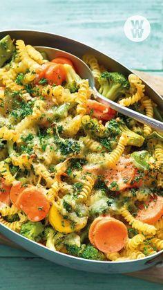 Lust auf einen vegetarischen Nudelauflauf, der nicht nur schnell zubereitet, sondern auch lecker und gesund ist? Dann probier unser einfaches & cremiges Gemüse-Nudel-Auflauf-Rezept. WW Deutschland   WW Rezept   Weight Watchers Rezept Freezer Meals, Veggie Recipes, Superfood, Pasta Salad, Love Food, Meal Prep, Food And Drink, Low Carb, Vegetarian