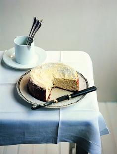 Με τραγανή βουτυρένια βάση από μπισκότο, αφράτη κρέμα, υπέροχοι γευστικοί συνδυασμοί με φρούτα, ξηρούς καρπούς, σοκολάτα και ό,τι άλλο τραβάει η όρεξή σας, το cheesecake είναι το απόλυτο γλυκό για κάθε περίσταση. Ετοιμάσαμε λοιπόν 10 προτάσεις που θα γλυκάνουν με τον καλύτερο τρόπο μικρούς και μεγάλους και ταιριάζουν ακόμα και στα πιο «γκράντε» τραπεζώματα.