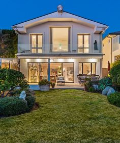 Buy Flowers Online Same Day Delivery Step Inside The Home Of A Famed Music Industry Vet. Malibu Beach House, Buy Flowers Online, Malibu Homes, Garden Villa, Malibu Beaches, Step Inside, Coastal Homes, Dream Decor, Pool Designs