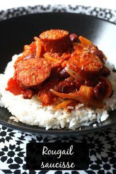 Je vous présente un mets réunionnais, le rougail saucisse, à base de saucisses fumées, oignons, tomates et épices. A servir avec du riz