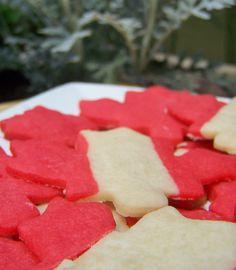 biscuits feuilles d'érables pour la fête du Canada / Canada Day Leaf Cookies Canadian Food, Canadian Recipes, Canada Leaf, Maple Leaf Cookies, Canada Day Crafts, Baba Marta, Canada Day Party, Cookie Recipes, Cookie Ideas