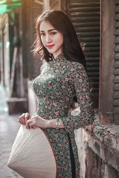 Beautiful Vietnamese Women, Beautiful Asian Women, Vietnamese Clothing, Vietnamese Dress, Vietnamese Traditional Dress, Traditional Dresses, Saree Wearing Styles, Set Saree, Most Beautiful Dresses