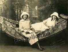 Vrouwen in hangmat, jaren '20 Roaring Twenties, The Twenties, Relax, Princess Zelda, Poses, Hammocks, Artwork, Painting, Fictional Characters