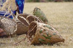 Tressage traditionnel - Nepora - Panier de femmes en feuille de cocotier pour aller au champ. Culture, Throw Pillows, Deco, Coconut, Magic, Leaves, Traditional, Weaving, Women