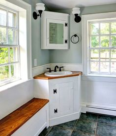 Small rustic bathroom with corner vanity [Design: CK-Architects] Bathroom Sink Storage, Bathroom Sink Units, Corner Bathroom Vanity, Bathroom Floor Cabinets, Bathroom Ideas, Bathroom Vanities, Bathroom Designs, Bathroom Black, Stone Bathroom