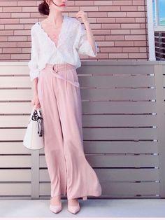 ピンク×ホワイト ガーリーな色合いだからパンツで。  ずっと温存していたブラウス やっと着れるくらい暖かくなったからうれしー♪  なで肩の私には収まりが難しいブラウス😂 すぐ肩から落ちるからインナー必需品💦   新機能の公開フォルダ まだやり方すら分かってないんですが😂 フォロワーさんのところで私のコーデ 載せてくれてるの見かけて とっても嬉しかったです☺️💕 Asian Fashion, Harem Pants, Classy, Pink, How To Wear, Inspiration, Outfits, Dresses, Shoes