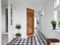 Modny pomysł na podłogę: czarno-biała podłoga w szachownicę