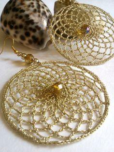 Orecchini a cerchio realizzati a uncinetto con un filato metallico color oro,cipollotto centrale giallo cucito a mano. ** molto leggeri da indossare, sono perfetti per una serata speciale. *...