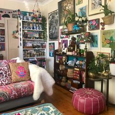 Here are some doable living room decor and interior design tips that will make your home cozy and comfortable for family and friends. Hippie House, Bohemian House, Bohemian Living, Bohemian Decor, Living Room Decor, Bedroom Decor, Deco Addict, Beautiful Homes, Beautiful People