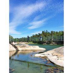Stendörrens Naturreservat ist eines der beliebtesten Ausflugsziele in Sörmland. Die Hängebrücken zwischen den Inseln machen es möglich, zu Fuß bis an den äußeren Rand der Schären zu gelangen. 👍