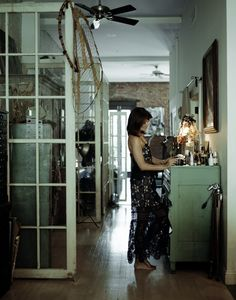 Helena vergelijkt haar huis met dat van Pippi Langkous: verweerde pastels, verschillende tinten wit en gelakte houten vloeren.