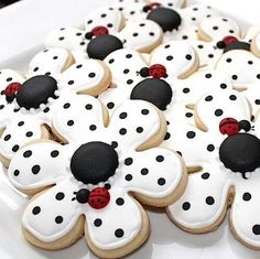 Baking In Heels: Pokie Knot flower cookies.with ladybugs. These are the cutest cookies i have ever seen! Summer Cookies, Fancy Cookies, Iced Cookies, Cute Cookies, No Bake Cookies, Cookies Et Biscuits, Cupcake Cookies, Cookie Favors, Heart Cookies