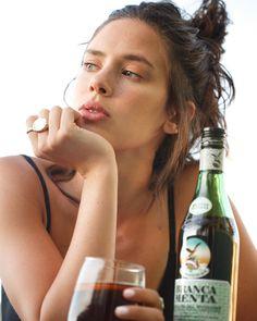 """128.3 mil Me gusta, 726 comentarios - Delfina Chaves (@delfichaves) en Instagram: """"La hora mágica se acompaña con un Mint tonic de @brancamenta_arg y junto a la lista de Spotify que…"""" Alcoholic Drinks, Wine, Instagram, Alcoholic Beverages, Alcohol"""