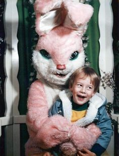 And you thought the rabbit from Donnie Darko was creepy. By the look on his face, this bunny is ready to eat this little boy. That baby's face says - Funny - Check out: Vintage Easter Bunny Photos That Will Make Your Skin Crawl on Barnorama Vintage Bizarre, Creepy Vintage, Donnie Darko, Images Terrifiantes, Easter Bunny Pictures, Bunny Pics, Evil Bunny, Easter Bunny Costume, Easter Costumes