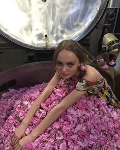 Lily-Rose Depp: les 50 fois où on l'a confondue avec Vanessa Paradis! Lily Rose Melody Depp, Lily Rose Depp Style, Lily Depp, Johnny Depp, Vanessa Paradis, Selena Gomez, Chanel No 5, Zendaya Coleman, Girl Crushes