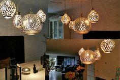Groep Oosterse lampen boven tafel