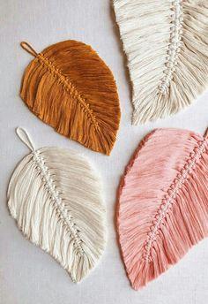 DIY Macrame Feathers homedecor design - Crochet and Knitting Patterns - Macrame diy Macrame Projects, Sewing Projects, Craft Projects, Project Ideas, Yarn Crafts, Diy And Crafts, Arts And Crafts, Macrame Patterns, Knitting Patterns