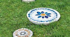 Sie haben Mosaiksteine übrig? Prima! Dann auf in die Bastelrunde! Trittsteine selber machen dauert je nach Größe fünf bis 30 Minuten. Eine Anleitung.